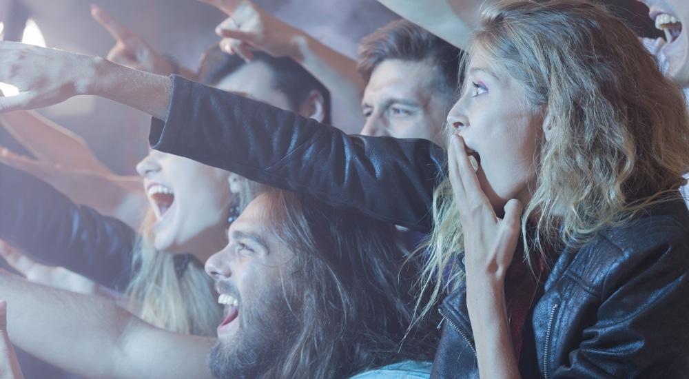 Młodzi ludzie na koncercie