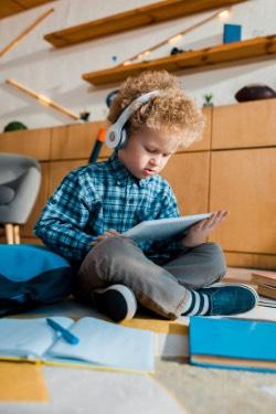 dziecko uczy się z novakid
